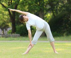 体操をする女性