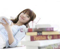 腎臓病の書籍を読む女性