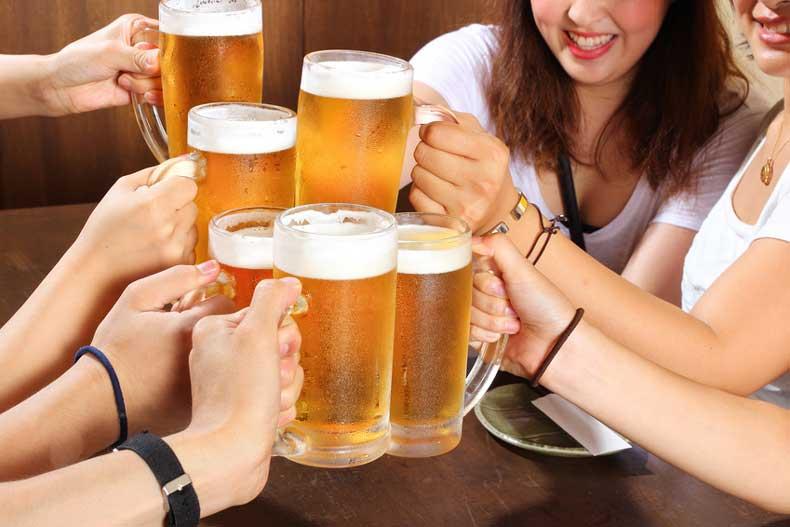 ビールを飲む人達